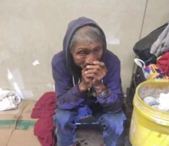 Morador de Rua à Beira da Morte Chora Quando Sente a Patinha de seu Filhote ao seu Lado