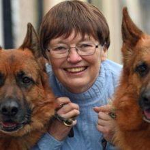 Seus 2 Cães Salvam Sua Vida ao Detectar Câncer que Ela Tinha na Mama.