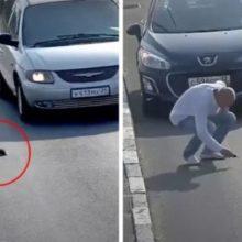 Homem Para Carro em Estrada Movimentada para Salvar a Vida de um Gatinho que Corria Perigo