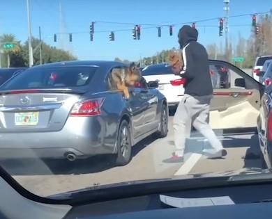Em Trânsito Parado, Homem sai do Carro e Faz Algo que Deixou Todos de Boca Aberta