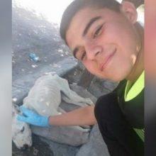 Um adolescente desce do ônibus para ajudar um cachorro abandonado que ninguém queria