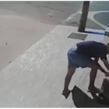 Homem é filmado se aproximando de cachorro no meio da noite para cobri-lo e protegê-lo do frio
