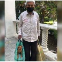 Idoso vende vassouras na rua com cachorrinho que adotou e cuida dele com um bebê