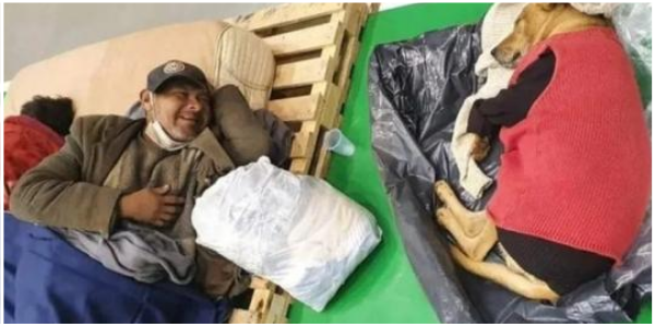 Morador de rua concorda em passar a noite no abrigo e seu cachorro é abrigado por policiais