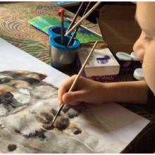 Criança faz e vende pinturas de animais para comprar comida para abrigo