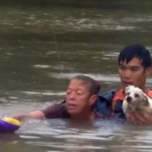 Homem resgata uma mulher e seu cachorro prestes a se afogar em um carro